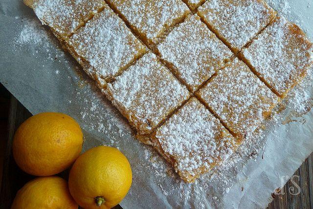 Carrés au citron et à la bergamote > Pour la pâte : 150g de farine, 115g de beurre, 20g de sucre glace, 20g de maïzena, 1 pincée de sel + Pour le lemon curd à la bergamote : 130 g de sucre de canne, 100g de beurre en dés, 4 œufs, le jus et le zeste de 2 petits citrons corse, le jus et le zeste d'un citron bergamote ou quelques gouttes d'huile essentielle de bergamote
