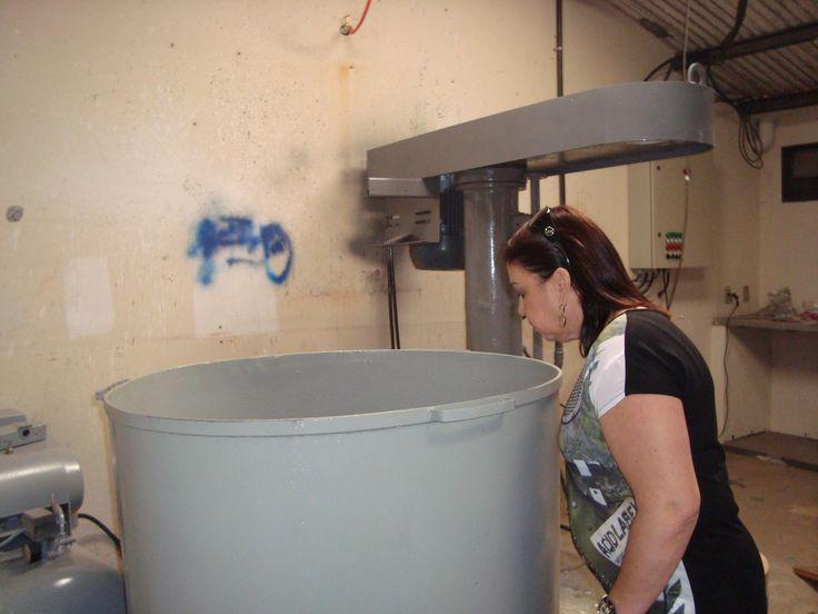 A Agente Fiscal de Posturas, Marilene Antunez, constata que o misturador de tintas estava em fase de instalação.