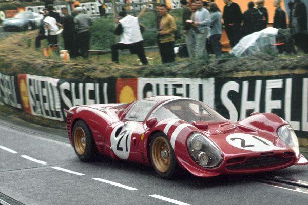 24 heures du Mans 1966 - Ferrari 330 P3 #21 - Pilotes : Lorenzo Bandini / Jean Guichet - Abandon