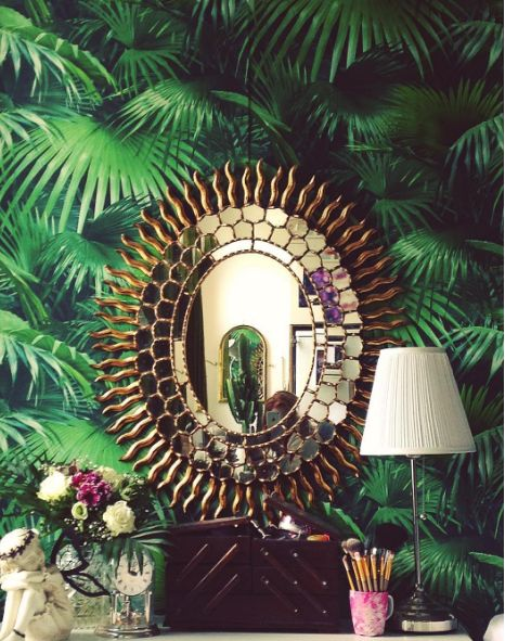 Interior Inspiration - Green jungle wallpaper and golden mirror in sun style - by fashion blogger and photographer christina key from berlin