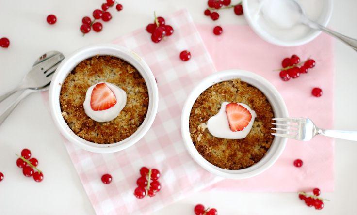 """Appel-kruimeltaart, wie was hier vroeger niet gek op? Misschien wel de goedkoopste taart die verkrijgbaar was maar o-zo lekker. Nu kun je een crumble heel simpel zelf maken. Zonder een vette deegbodem, maar mét vers fruit en een krokant kruimel-laagje nog hartstikke gezond ook.  Hier vind je het recept... <a href=""""http://cottonandcream.nl/havermout-kokos-crumble-rood-fruit/"""">Read More →</a>"""