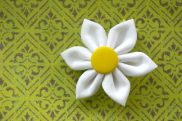 my fav flower is a white daisy with a yellow center. I want to make a TON of these....put them on a really cute purse, make clips for my daughter's hair, attach them a dress, etc!
