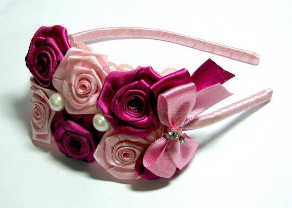 Tiara linda forrada com fita de cetim, com flores em cetim rosa e pink. Renda rosa embaixo das flores.