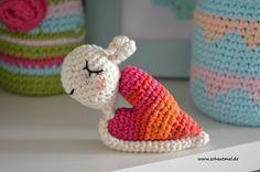 Eine Schnecke mit und von Herzen! Falls Ihr Lust habt, so ein kleines Schneckchen zum Hinstellen oder als Schlüsselanhänger zum Beispiel zum Muttertag am 8. Mai zu verschenken, habe ich heute mal w...
