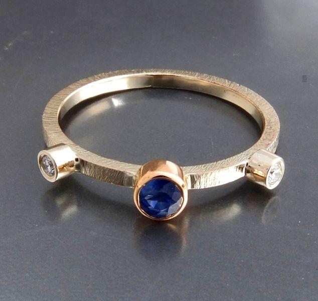 BIZOE - Złoty pierścionek z szafirem i brylantami w BIZOE na DaWanda.com