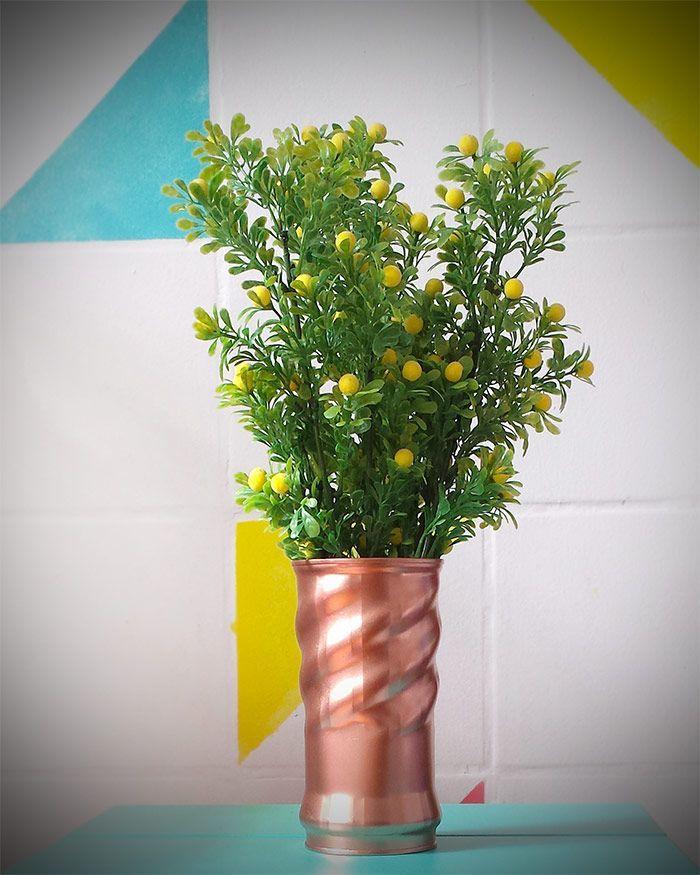 Vaso feito de lata com flores