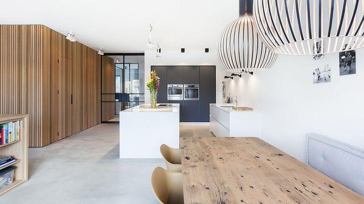Modular Nomad verlichting. De houten hanglamp (Secto Design, Secto Octo 4240) is een ontwerp van de Finse architect Seppo Koho. Ontwerp woonhuis door BNLA architecten, fotografie door Wim Hanenberg.