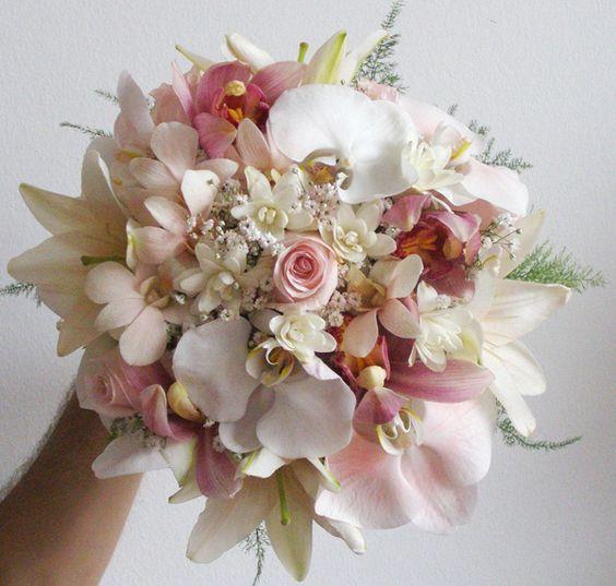 Um bouquet de noiva romântico e um dos mais pedidos. Pode ser usado em cerimônias de casamento à noite, de dia, no campo e também nas mais formais. O bouquet redondo possui cerca de 30 a 40cm, tem menos partes verdes (folhas e caules) e mais flores. Os modelos mais cheios deste tipo de bouquet não é recomendado para as noivas que estão acima do peso.: