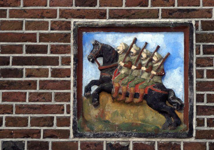 De vier heemskinderen op hun ros Beyaard, op het Waagplein in Alkmaar.Deze oude Roelandslegende gaat over vier broers, die in opstand kwamen tegen Karel de Grote. Hun onoverwinnelijke paard Beyaard hielp hen daarbij.