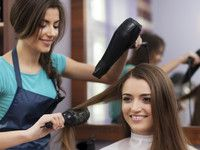 Volumen durch Föhnen: Mehr Schwung für langes Haar