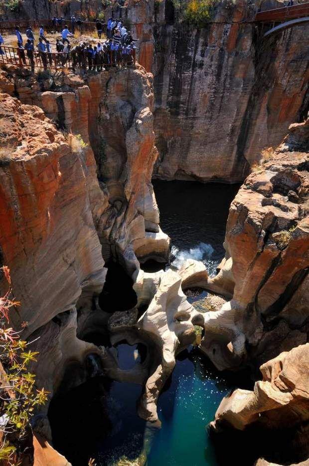 Le canyon de la rivière Blyde Non loin du parc Kruger se trouve l'un des plus beaux sites naturels d'Afrique du Sud, dans la province de Mpumalanga : le canyon de la rivière Blyde. Les formations géologiques de cet espace travaillé par l'érosion de l'eau, du vent et du soleil font du canyon un lieu très recherché des passionnés de randonnée et de photographie. Les « potholes », appelés « marmites de géant » en français, sont un incontournable du canyon de Blyde (à l'image).