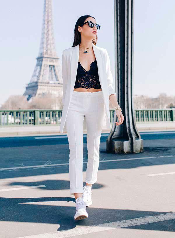 Look de conjunto de calça e blazer de alfaiataria brancos com top de renda e…