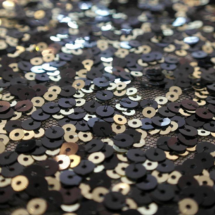 Paiete rotunde negre si aurii de 5 & 7 mm pe tul negru KX1864.  Latime (cm) 130 / 132; Diametru Paieta paiete negre - 7 mm;                 paiete aurii - 5 mm;  Compozitie tul (%) Poliester 100%;