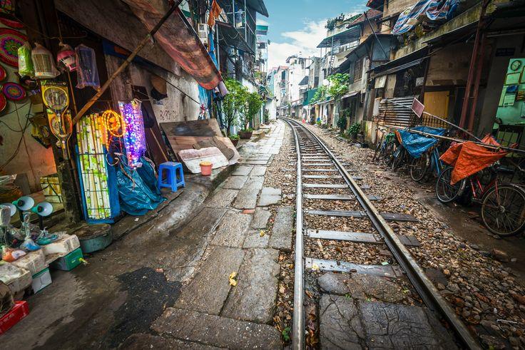 Cliché d'#Hanoi au #Vietnam ;) Une ruelle dans laquelle le #train passe tout près des habitations #unusual #travel #Asia #insolite #voyage #TripInsolite
