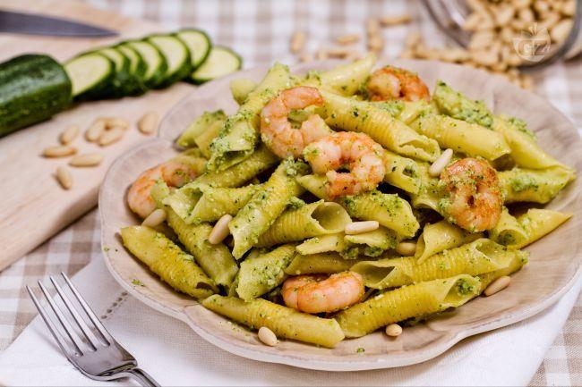 Ricetta Garganelli con pesto di zucchine e gamberetti - Le Ricette di GialloZafferano.it
