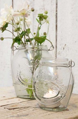 Glasslykt med motiv og hank. (Den til venstre på bildet) Også fin som blomstervase!