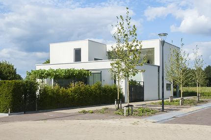 Waterstad 177, Eindhoven - Villa met grootse entree, riante woonkamer met optimaal lichtinval middels plafondhoge raampartijen aan drie zijden, luxe, complete woonkeuken met alle inbouwapparatuur, aansluitend speelkamer en werkkamer/praktijkruimte. Verdieping met immense vide, ouderslaapkamer met garderobekamer, drie ruime slaapkamers met plafondhoge raampartijen en complete, luxe badkamer, aangelegde achtertuin op het zuidwesten met houten berging en vrije achterom.