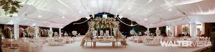 Montaje de boda glamorosa con candelabros y pavos reales de rosas blancas / Glamorous wedding set up with chandeliers and peacocks with white roses #Hacienda #Mérida #Yucatán #Boda #Wedding