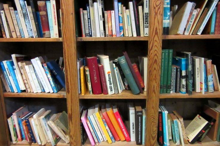 De nombreux livres, anciens et contemporains, romans, magazines, éducatifs, etc. anglais et français. Au Vieux Chaudron, Lannebert. www.auvieuxchaudron.fr