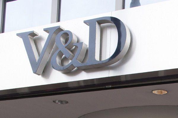 """Het failliete warenhuis V&D gaat nog zeker drie jaar door met de opheffingsuitverkoop. Dat hebben de curatoren besloten. In de afgelopen dagen bleek de opheffingsuitverkoop zeer succesvol. """"Het zou dom zijn als we er al na een paar weken mee zouden stoppen"""", aldus curator Henk Eysseveldt. Na het faillissement opende V&D opnieuw de deuren om voorraden te verkopen. """"Het is [...]"""