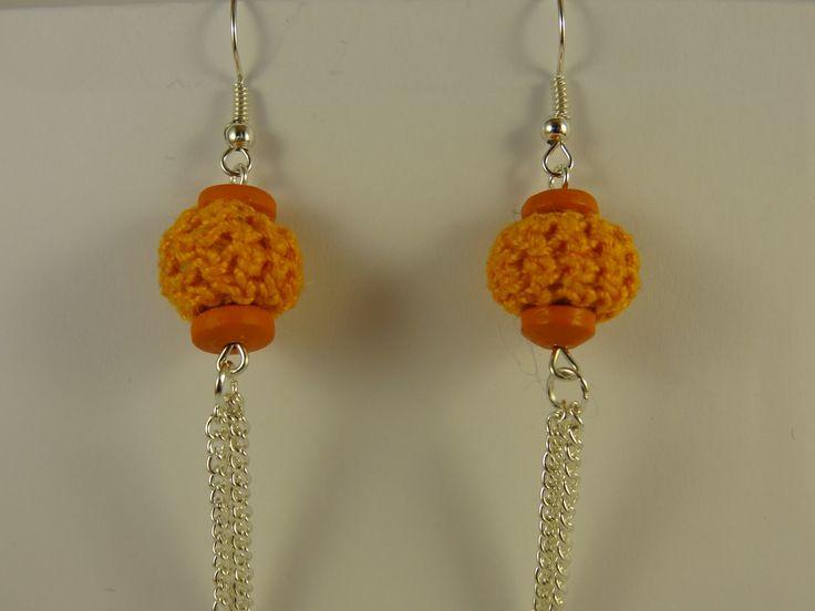 Pendentifs d'oreilles en boule de laine orange crochetée et pampille en chaînette argentée. : Boucles d'oreille par la-fabrique-de-cadot