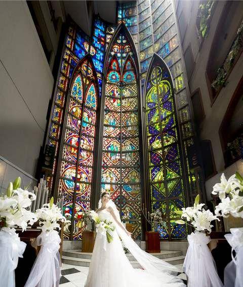 こんな神秘的なステンドグラスのチェペルで挙式したい!結婚式・ウェディング・ブライダルの下見の参考に♪