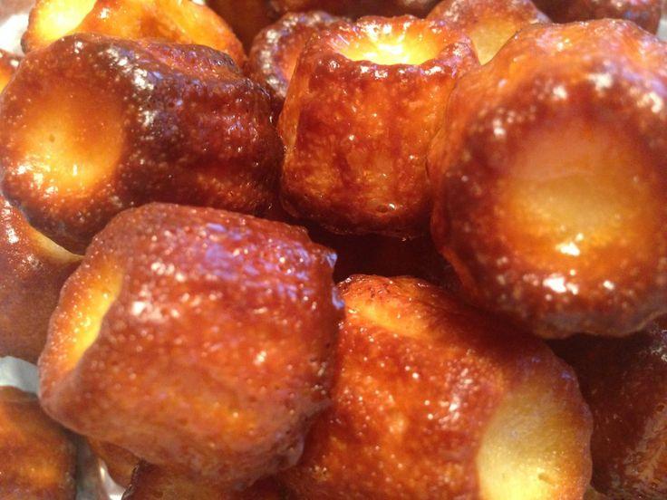 """Es bleibt eine kleine Kalorienbombe aus Zucker und Butter, diese französische Spezialität. Und doch sind sie lecker, herrlich kross und süß. Ihren Namen verdanken sie einer gerippten Backform – französisch """"cannelé"""".  http://blog.provence-onlineshop.com/canneles-naturliches-backaroma/"""