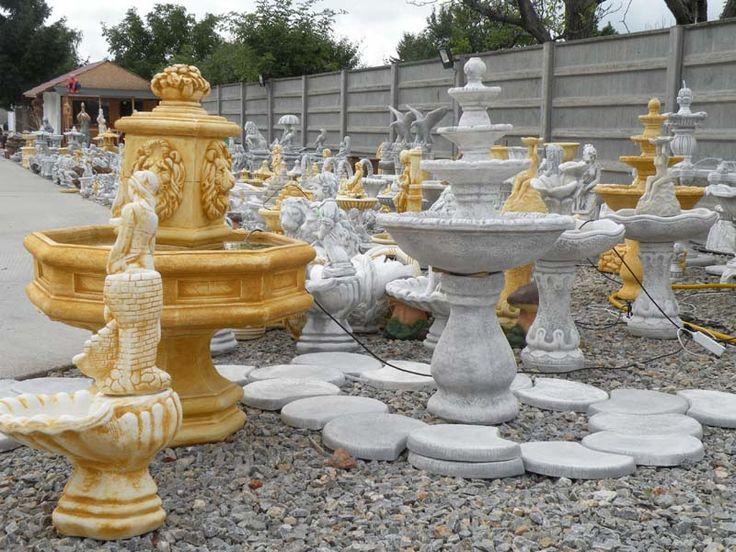 Celkový pohľad na pravú stranu predajno-výstavnej plochy záhradných sošiek a fontán.