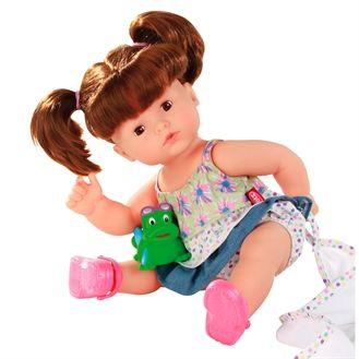 Fin badedukke fra Götz. Dukken har rigtigt hår som kan redes og sættes. Øjenene kan blinke og håret kan vaskes. Hurtig dag-til-dag levering.