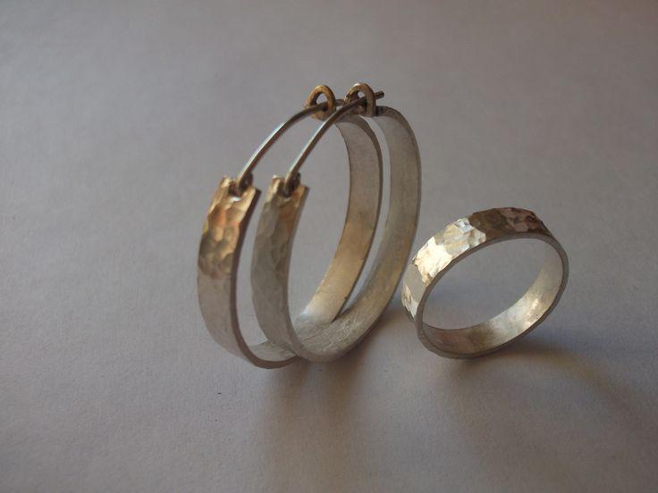 Argollas y anillo de plata golpeada.