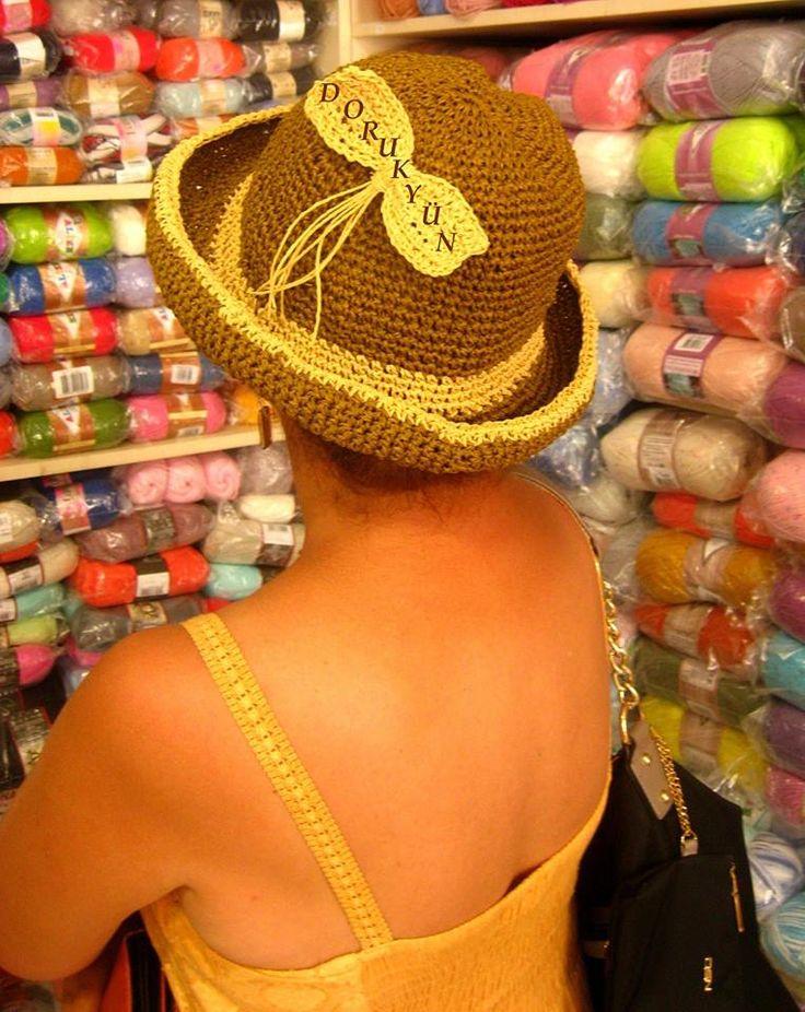 Kağıt ipten çok şık bir şapka- Sevgili Esra Hanım, örgüyü hakkını vererek taşıyan şık ve zevkli bir kadın. Haliyle ürünlerimizin örülmüş hallerini onun üzerinde fotoğraflamak keyifli oluyor. Teşekkür ediyoruz.