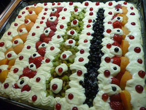 Ovocný kynutý koláč s tvarohem, drobenkou a mandlové lupínky...