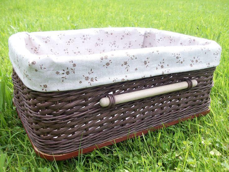 Tmavě hnědá krabice s výstelkou Tmavě hnědá krabice upletená z pedigu a šény, doplněná o dřevěný úchyt, vystlaná jemně kávovou látkou s drobnými kytičkami. Zútulněte si Váš domov! :) Rozměry: 34 x 24,5 x 14 cm