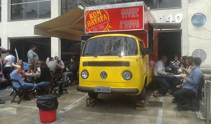 Divulgação - O Kom Batata é especializado em batata recheada e dog-chicken (hot dog de 20 cm prensado com frango desfiado no recheio). Ivan Lopes e a mulher Hellen Azevedo investiram R$ 60 mil na Kombi ano 1991.