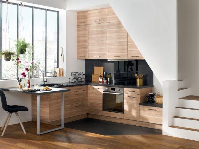 Une cuisine équipée sous l'escalier
