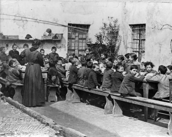 Refezione. L'asilo infantile. Scuole comunali. Momento del pasto. Esterno.