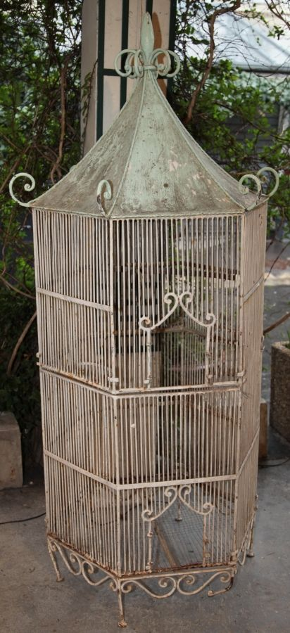 cage oiseaux voli re octogonale en fer forg laqu circa 1950 tall wrought iron birdcage. Black Bedroom Furniture Sets. Home Design Ideas