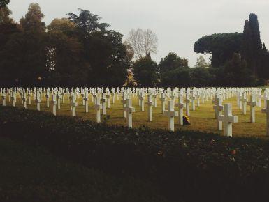 Il Sicily-Rome American Cemetery di Nettuno  Forse non lo sai, ma i cimiteri monumentali mi piacciono da morire.Ok, la frase è uscita male, torniamo seri. Oggi vogliamo farti conoscere uno dei tanti cimiteri del Commonwealth; più precisamente il Sicily-Rome American Cemetery di Nettuno.
