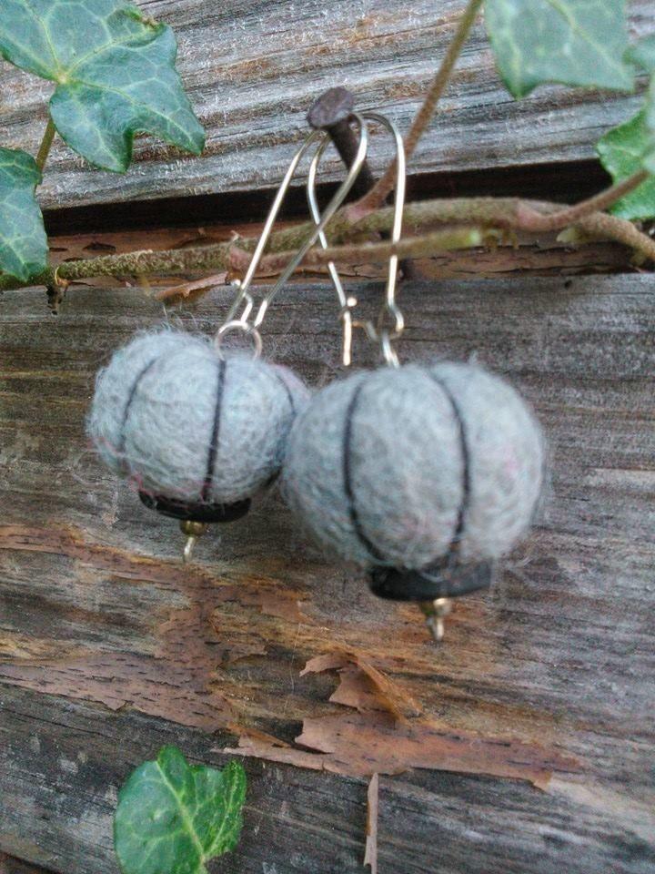 Boucles d'oreille - perles de laine feutrée - perles de verre - gris et noir : Boucles d'oreille par fifille-brin-d-acier