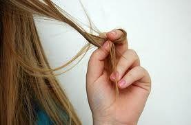 """I capelli invecchiano? L'attività ciclica del follicolo fa si che questo produca un capello """"nuovo"""" ogni 3-7 anni. Per questo i capelli si rinnovano periodicamente. Il follicolo però invecchia e con il passare degli anni produce capelli un po' più sottili. Con gli anni i capelli oltre a diventare bianchi, diventano meno folti e meno resistenti."""