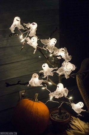Zelf te maken Halloweenversiering. Pingpongballen en lichtjes