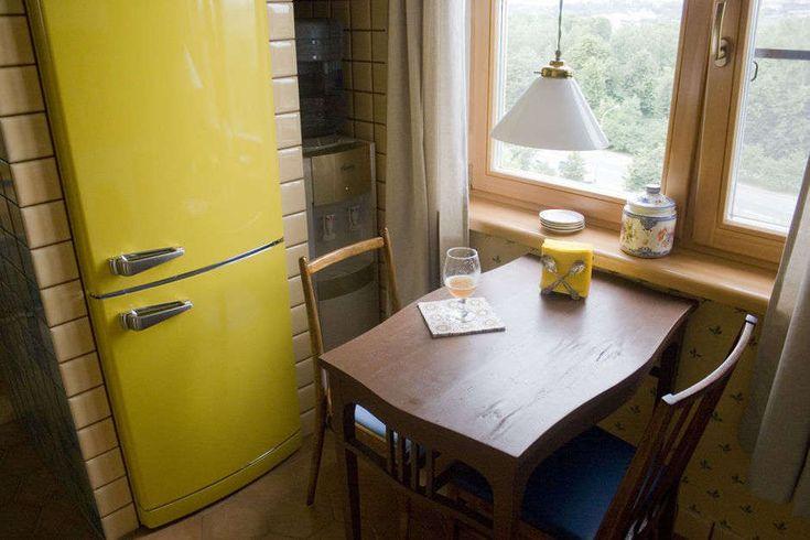Ретро холодильник и деревянные рамы