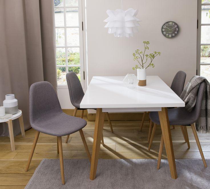 Salle à manger design - Table laquée blanche, chaise en tissu avec pieds en pin massif, horloge murale - Carrefour Home