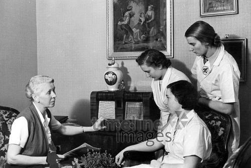 Jugendliche und eine alte Frau hören Radio, 1934 Timeline Classics/Timeline Images