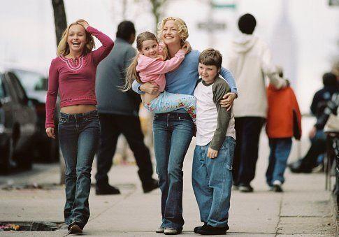 Still of Kate Hudson, Spencer Breslin, Hayden Panettiere and Abigail Breslin in Raising Helen