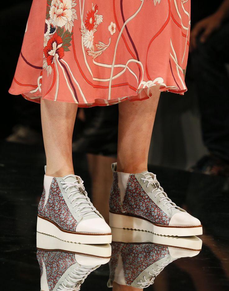 Coole Sneaker mit Blumen Motiv, Gummi-Einsatz und Profilsohle zeigen, was im Frühjahr modisch alles möglich ist. (Foto: Messe Düsseldorf, Constanze Tillmann)