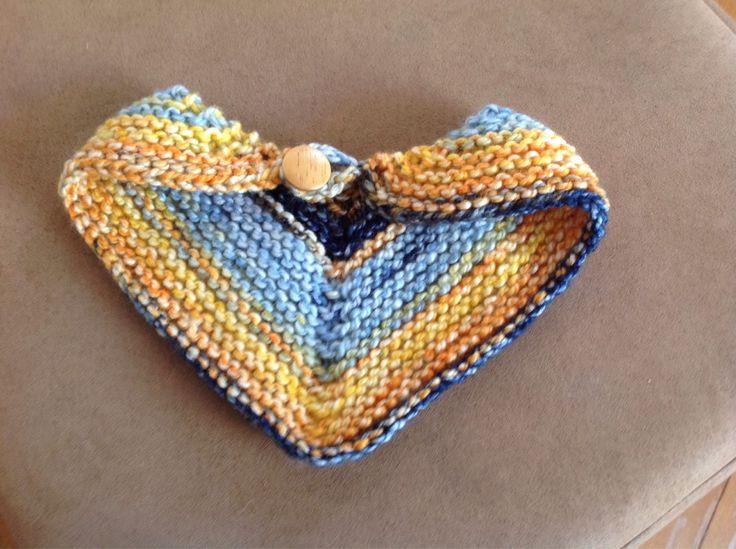 Foulard pour chien, tricoté à la main avec une fermeture ornée d'un bouton en bois   3$
