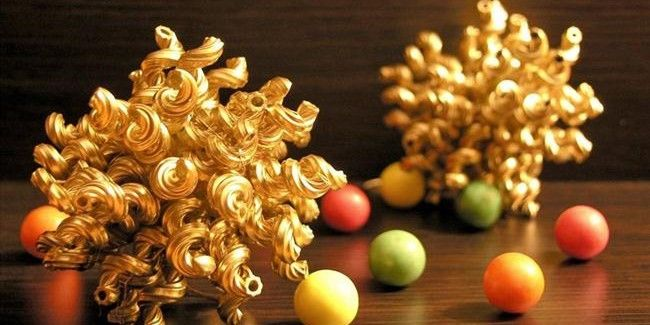 Christmas crafts for kids – Making Christmas tree ornaments with pasta