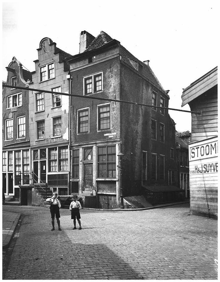 Amsterdam, Groote Bickerstraat. De firma H&J Suyver kreeg een vergunning om een stoomleiding over de straat aan te leggen naar hun andere locatie.