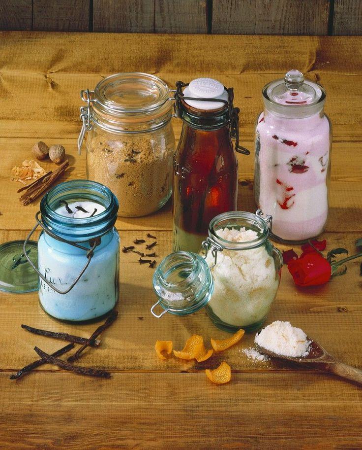 Für Naschkatzen: Selbstgemachter Vanillezucker, Rosenblütenzucker, Gewürzzucker, Orangenzucker und Sirup So gehts: http://eatsmarter.de/rezepte/zucker-mit-verschiedenem-aroma